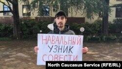 Оппозиционный активист Рональд Айрапетян проводит пикет в поддержку Алексея Навального