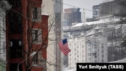 Флаг США на здании американского консульства во Владивостоке, Россия.