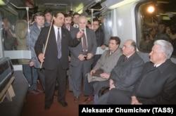Президент Борис Ельцин и премьер-министр Виктор Черномырдин (второй справа) во время посещения московского метро, 1993 год