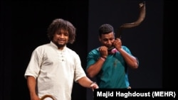 دو عضو گروه موسیقی لیان بوشهر در یکی از اجراهای این گروه در تالار وحدت تهران