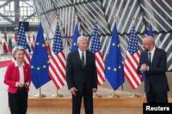 Președintele Consiliului European Charles Michel (d) președinta Comisiei Europene Ursula von der Leyen (s) și președintele SUA Joe Biden (c)