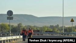 Рабочие на строящемся участке трассы «Таврида» в Крыму