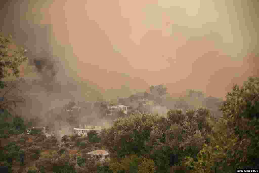 Šuma gori na području Mazi zahvaćenom dimom dok su se požari spuštali niz brdo prema obali mora, prisiljavajući ljude na evakuaciju, u Bodrumu, Mugla, Turska, nedelja, 1. avgusta 2021.