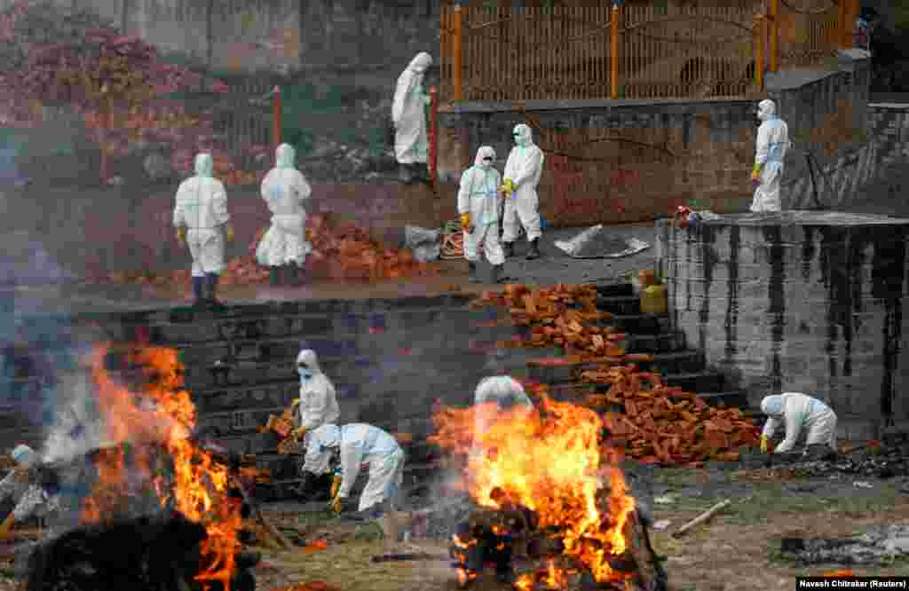 Muncitorii care poartă echipament de protecție individuală lucrează pentru extinderea crematoriului pe măsură ce numărul persoanelor care au murit din cauza bolii crește și în timp ce ce focarul Indiei se răspândește în Asia de Sud. Kathmandu, Nepal 5 mai 2021. REUTERS / Navesh Chitrakar