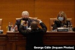 Momentul în care deputatului Florin Roman i se oferă spre citire prevederile regulamentului