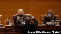 Lupta pe microfoane. Florin Roman încearcă să conducă lucrările Parlamentului