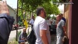 Qırımda yañı tintüvler: Rusiye quvetçileri Kezlevde qırımtatar qorantasınıñ evine keldi (video)