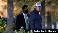 Президент США Дональд Трамп возвращается в Белый дом после того, как средства массовой информации объявили кандидата в президенты США от Демократической партии Джо Байдена победителем президентских выборов в США 2020 года. Вашингтон, США, 7 ноября 2020 года.