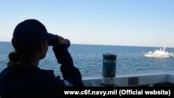 Патрульный катер ВМС Украины и украинский морской пограничный корабль маневрируют перед USCGC Hamilton во время учений в Черном море. 9 мая 2021 года (иллюстративное фото)