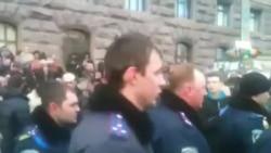 Міліціонери Львівщини йдуть на Майдан, співаючи гімн