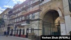Фасад бывшего особняка врачей Мангуп ремонтируют
