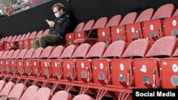 На хокейному матчі в Ризі Білорусь – Росія 1 червня був усього ОДИН уболівальник. Льодова арена в Ризі вміщує 1058 осіб