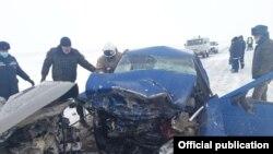 Лобовое столкновение машин на трассе Уральск — Атырау, 22 февраля 2021 года. Фото — департамента по ЧС Западно-Казахстанской области.
