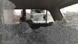 Разбитые окна машины, которой был нанесен ущерб во время столкновений в Шорнакском районе Туркестанской области, 23 июля 2020 года.
