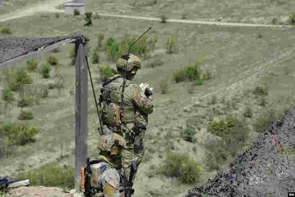 """МАКЕДОНИЈА - На армискиот полигон """"Криволак"""" денеска беа прикажани дел од завршните активности од воената вежба Trojan Footprint 21 во која учествуваат припадниците на Батаљонот на специјалните сили и специјалните сили на армијата на САД за Европа, соопшти Министерството за одбрана."""