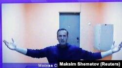 Мәскеу изоляторында онлайн сот мәжілісіне қатысып отырған Алексей Навальный. 28 қаңтар, 2021 жыл. Экраннан түсірілген сурет.