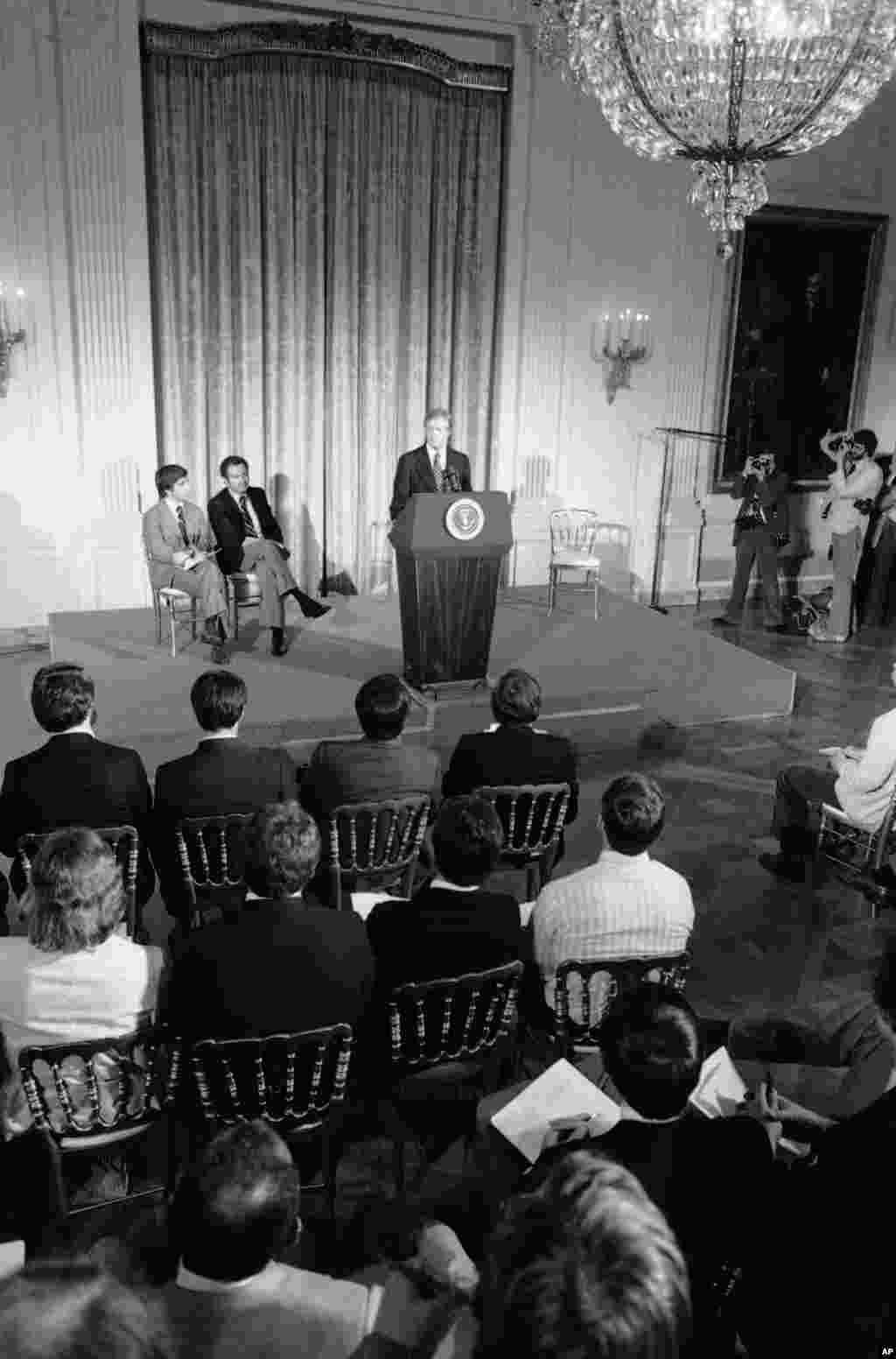 Президент США Джиммі Картер звертається до спортсменів, які готувалися до участі в Іграх у Москві. Вашингтон, 21 березня 1980 року. Картер просив атлетів підтримати запропонований бойкот Олімпіади у відповідь на початок афганської кампанії
