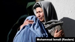 Gratë afgane brenda një kompleksi spitalor pas një sulmi vetëvrasës në Kabul, Afganistan, 28 dhjetor 2017.