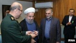 خبرگزاری ایرنا تصویر اعطای نشان درجه دو خدمت توسط حسن روحانی به محسن فخریزاده را منتشر کرده است. این نشان ۱۹ بهمن ۹۴ به او داده شد.