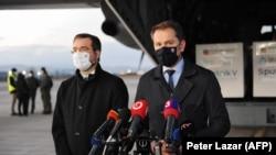 Премьер Игор Матович (справа) и глава Мнздрава в аэропорту Кошице 1 марта