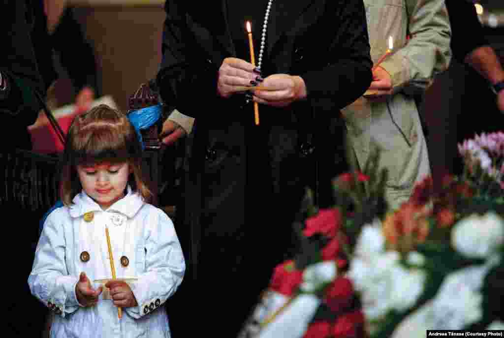 O fetiță participă la slujba de comemorare a victimelor Genocidului Armean în Catedrala Armeană din București.