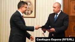 Претседателот Румен Радев му го врачи мандатот за состав на влада на Пламен Николов
