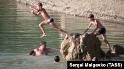 Отдыхающие на озере Панагия на юго-восточном побережье Крыма, конец июля 2021 года