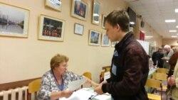 В Москве впервые голосующих поздравляют и вручают Конституцию