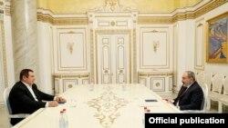 Armenian Prime Minister Nikol Pashinian (R) and leader of the Prosperous Armenia party Gagik Tsarukian during their meeting on March 18, 2021