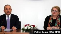 Турскиот минситер за надворешни работи Мевлут Чавушоглу и министерката за надворешни работи на Босна и Херцеговина Бисера Турковиќ
