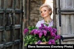 Елена Семенова рядом с воротами Покровской башни
