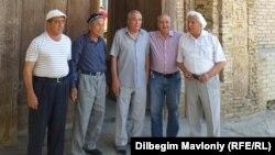 Темир Ходжа вместе с узбекскими учеными возле дома своего отца в Бухаре.