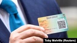 Mađarski premijer Viktor Orban pokazuje certifikat koji izdaju mašarske vlasti za vakcinisane protiv korna virusa, maj 2021.