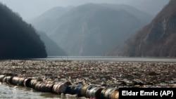 Босна и Херцеговина - Пластични шишиња, дрвени штици, 'рѓосани буриња и друго ѓубре што ја затнува реката Дрина во близина на источниот босански град Вишеград, 5 јануари 2021 година.