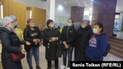 Группа активисток в акимате города Нур-Султан требуют освобождения Ферузы Ордабековой. 23 сентября 2020 года.