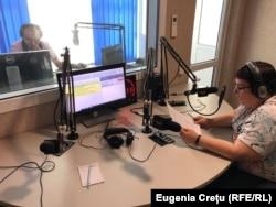 În studioul Europei Libere, pregătind emisiunea electorală specială, jurnalista Valentina Ursu, 11 iulie 2021