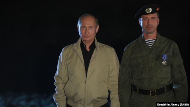 Президент России Владимир Путин (слева) и полковник Владимир Белявский (справа) на полигоне «Раевский», Краснодарский край, Россия, 2012 год