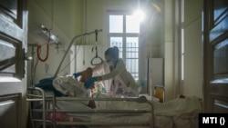 Ápoló lát el egy beteget az Országos Korányi Pulmonológiai Intézet tüdőbelgyógyászati osztályán 2021. február 18-án