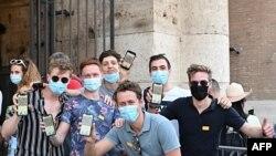 Grup de turiși la Roma, arătându-și codurile certificatelor de vaccinare
