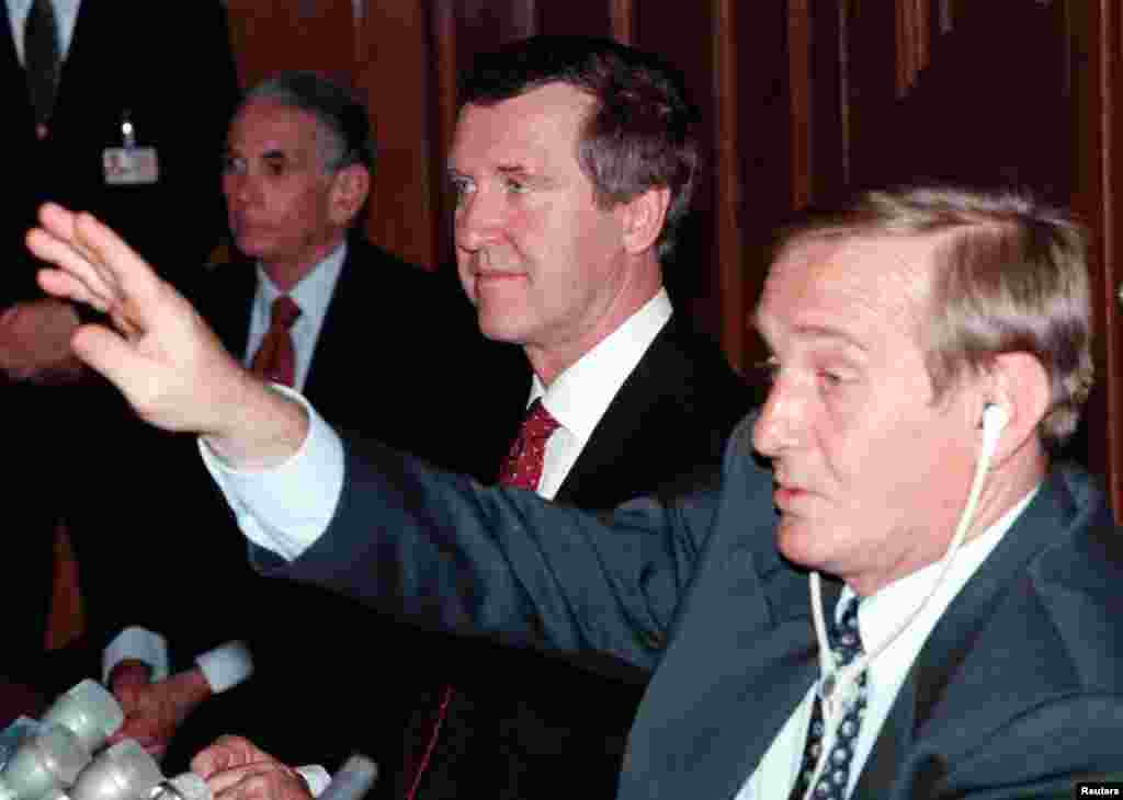 Blinken apja, Donald Blinken 1994 és 1997 között az Egyesült Államok Budapesti nagykövete volt. A CEU Open Society Archive (OSA) archívuma Vera és Donald Blinken nevét viseli, a házaspár ugyanis komoly összegekkel támogatta az intézményt. Ezen az 1999-es képen William Cohen volt amerikai honvédelmi miniszter mellett akkori magyar kollégája, Keleti György ül, és Donald Blinken a háttérben látható egy budapesti sajtótájékoztatón.