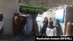 شماری از کارمندان صحی ولایت نورستان که دست به اعتصاب کاری زده اند.