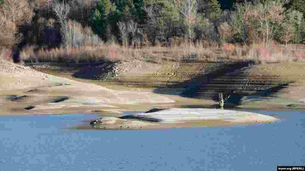 Некоторые участки водохранилища стали похожи на небольшие островки