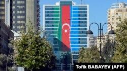 Здание в Баку в цветах флага Азербайджана, 13 октября 2020 г.