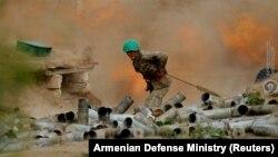 Артиллерист Армии обороны Карабаха во время боя, 28 сентября 2020 г.