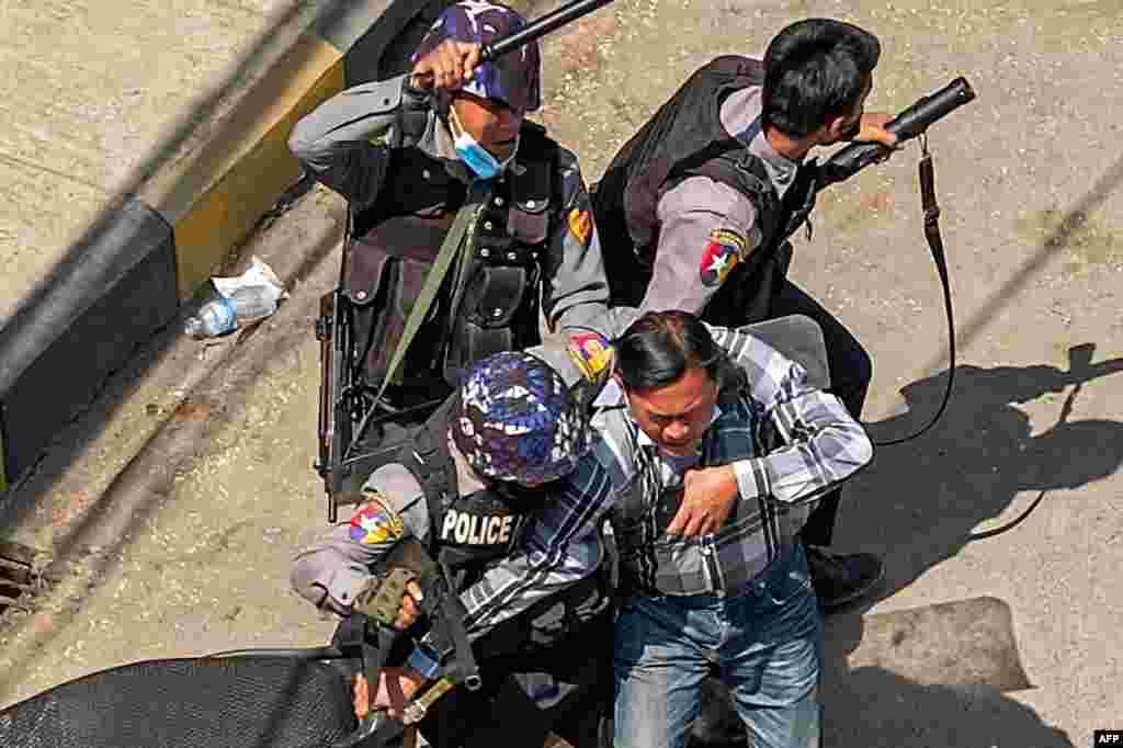 Поліція заарештувала чоловіка в Таунджі, місто в штаті Шан, 28 лютого 2021 року. Сили безпеки продовжують придушувати демонстрації протестувальників проти військового перевороту