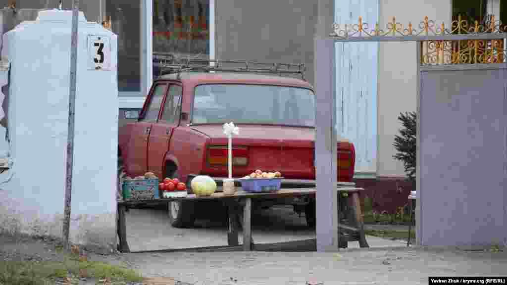Самодельный прилавок с овощами во дворе частного дома
