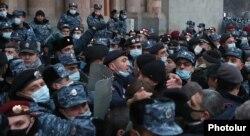 Poliția s-a confruntat cu protestatarii anti-Pașinian în fața guvernului de la Erevan. 28 ianuarie 2021.