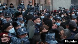 Armenia -- Protesters demanding Prime Minister Nikol Pashinian's resignation clash with riot police outside the main government building in Yerevan, January 28, 2021.