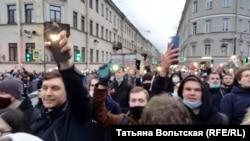 Протестующие идут к Сенной площади
