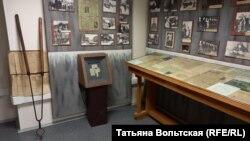 Музей Дома Радио, фрагмент экспозиции со щипцами для тушения зажигательных бомб и карточками
